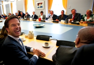 Mark Rutte looking at a zillion camera's