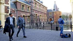 Mark Rutte looking at 'het Torentje'