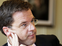 Mark Rutte looking at the peilingen