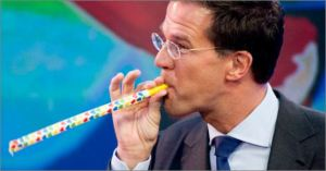 Mark Rutte looking at an inflatable lange neus