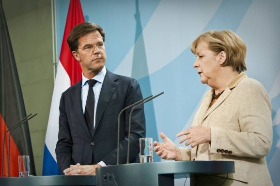 Rutte looking at Merkel