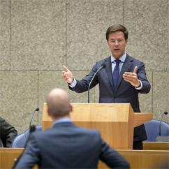 Mark Rutte looking at Diederik Samsom