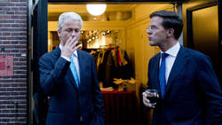 Mark Rutte looking at GeertvWilders smoking