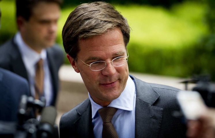 Mark Rutte looking at something dirty