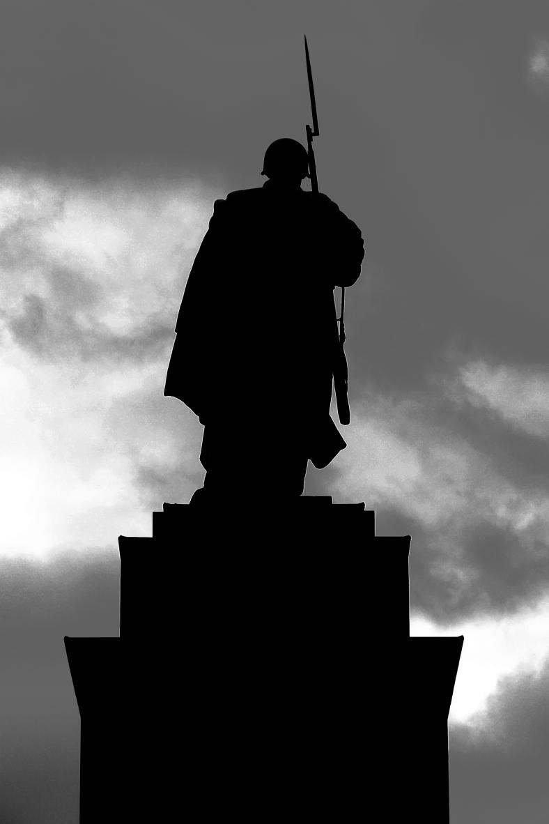 monochrome monday - russian soldier Berlin